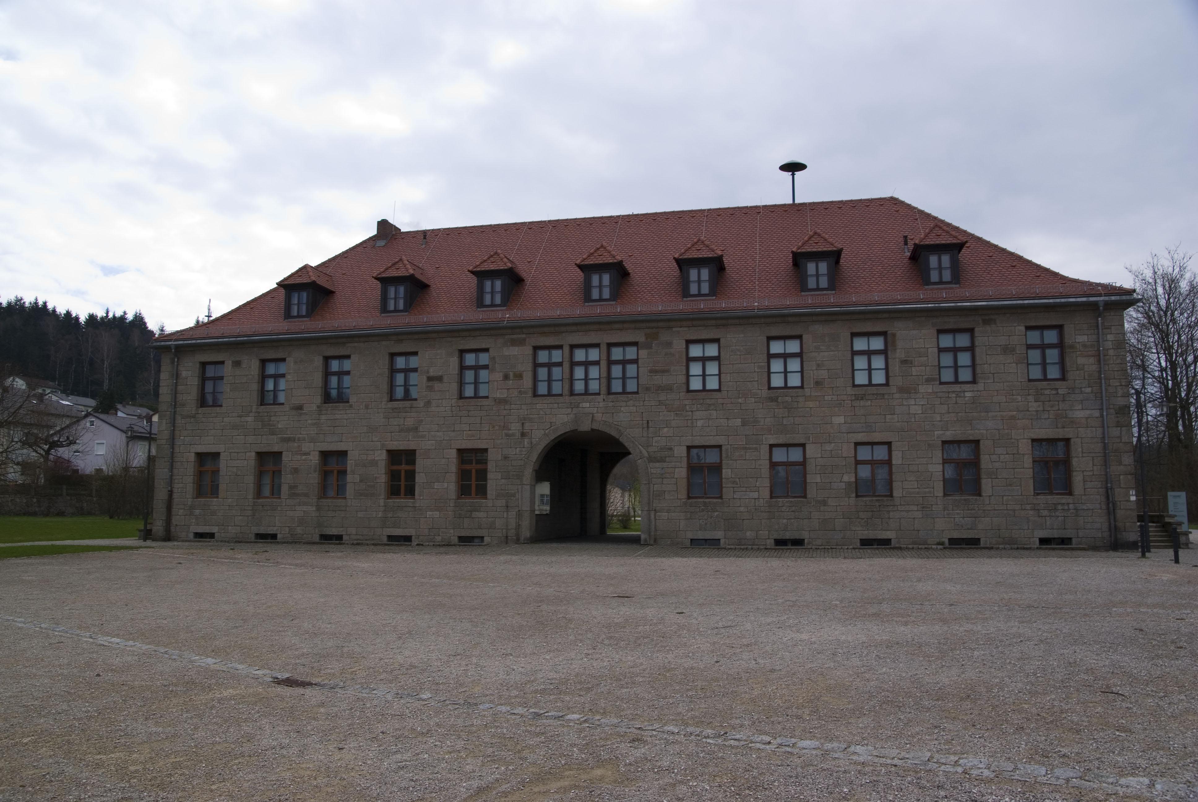 Kommandantur am Eingang zur KZ-Gedenkstätte Flossenbürg